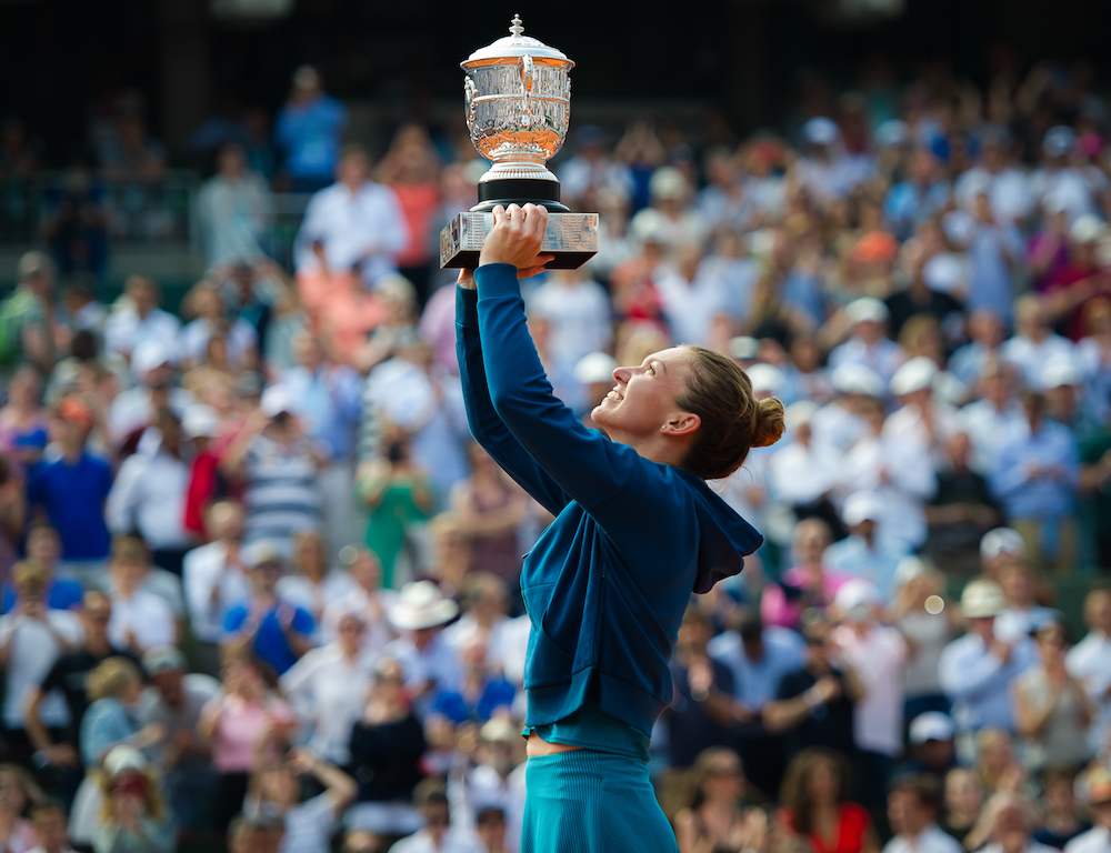 Simona Halep lifts the Coupe Suzanne-Lenglen at Roland Garros, 2018