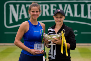 Julia Goerges (l) & Ashleigh Barty (r) with their trophies after the Nature Valley Classic, Birmingham 2019